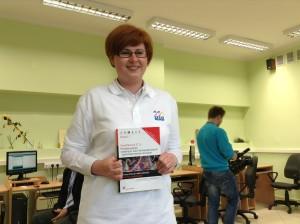 Organizatorka konferencji i superbelfrzyca Basia Halska z podręcznikiem swojego autorstwa